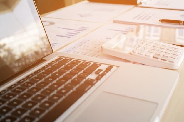 Gros Plan D'ordinateur Portable, Documents Financiers Et Calculatrice Sur Ordinateur De Bureau Photo Premium