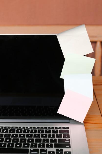 Gros plan avec un ordinateur portable et des notes autocollantes Photo gratuit