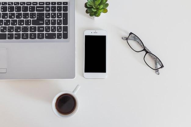 Gros plan, de, ordinateur portable, et, téléphone portable, à, tasse café, et, lunettes Photo gratuit
