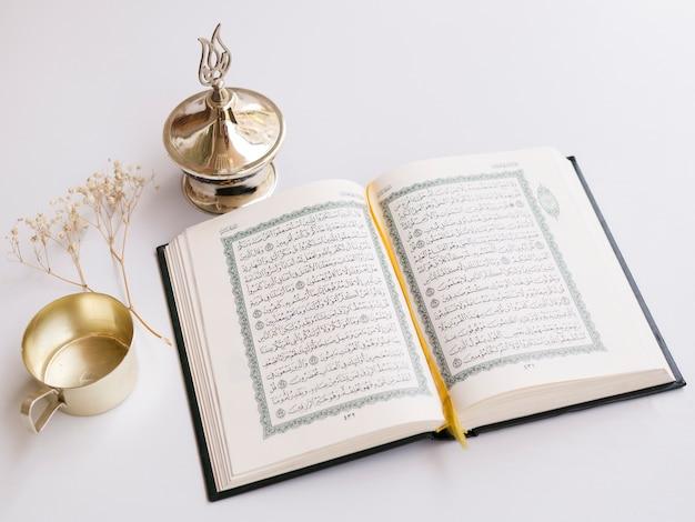 Gros Plan Ouvert Coran Sur Table Photo Premium
