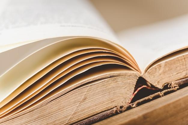 Gros plan, ouvert, vieux livre, sur, table bois Photo Premium
