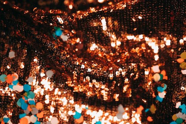 Gros plan de paillettes brillantes avec des confettis colorés Photo gratuit
