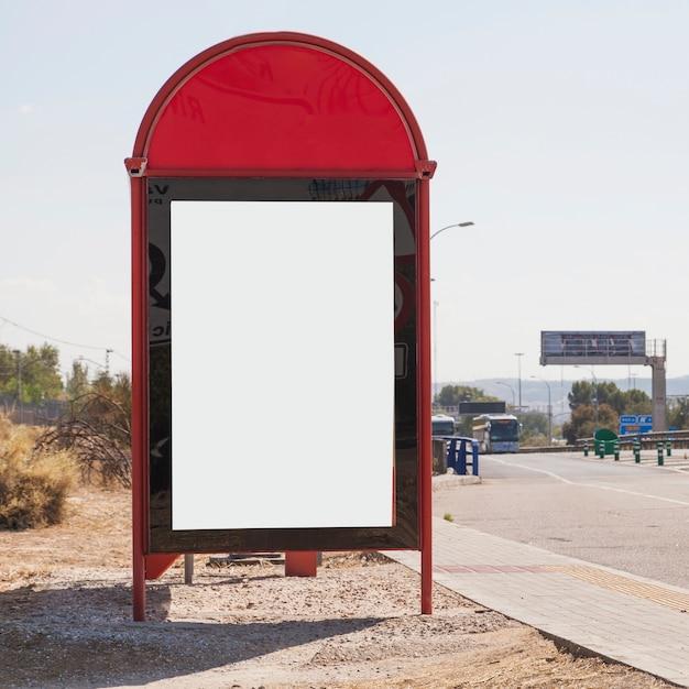 Gros plan, de, panneau vide, par, les, chaussée Photo gratuit
