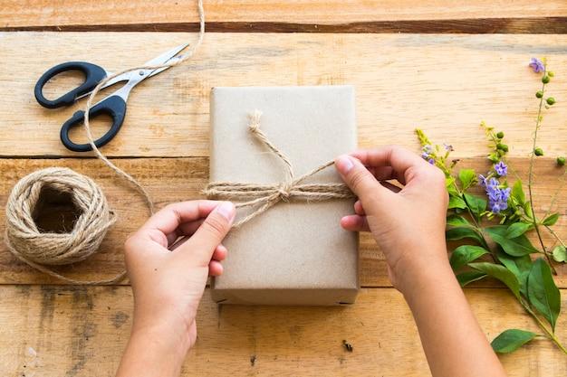 Gros Plan Sur Le Paquet De Boîte De Fabrication De Main Photo Premium