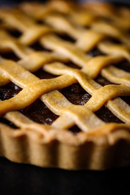 Gros plan de pâtisserie rustique maison tarte aux raisins traditionnels. Photo Premium