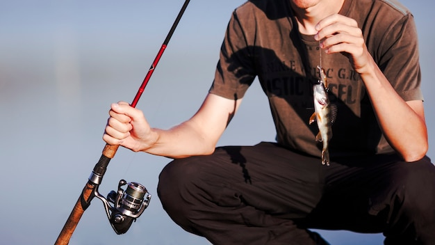 Gros plan, pêcheur, frais, prise, canne à pêche Photo gratuit