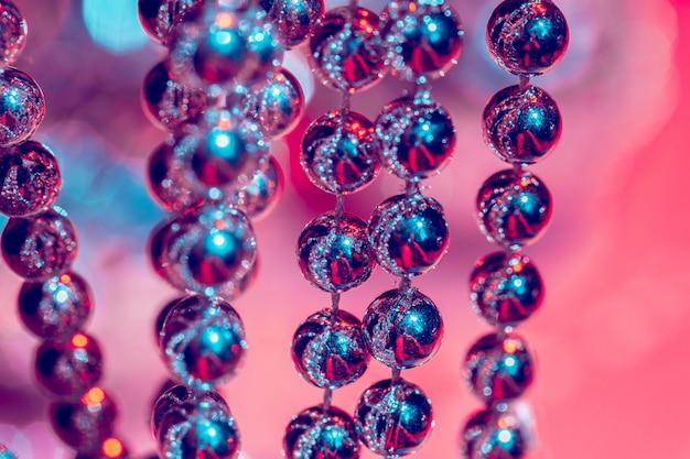 Gros plan de perles d'argent. concept de décoration de noël et de vacances Photo Premium