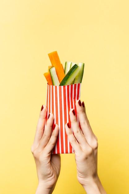 Gros plan personne brandissant des légumes Photo gratuit