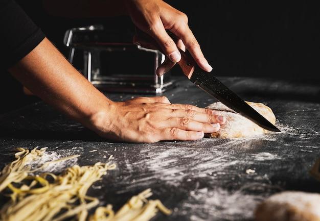 Gros plan, personne, couper, pâte, couteau Photo gratuit