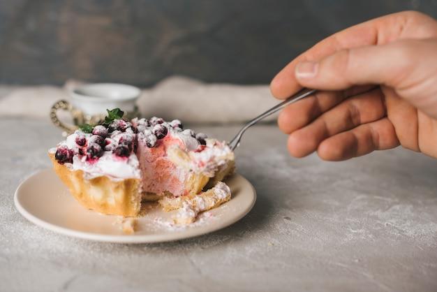 Gros plan, personne, manger, tarte, à, fourchette Photo gratuit