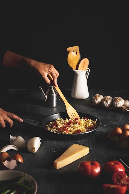 Gros plan, personne, mélange, pâtes, dans, pan Photo gratuit
