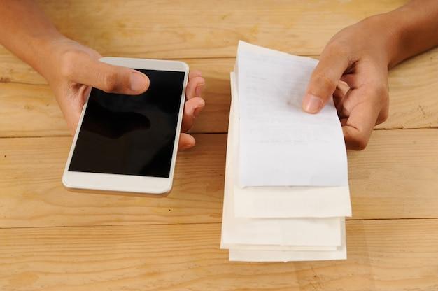 Gros plan d'une personne payant ou calculant des factures Photo gratuit