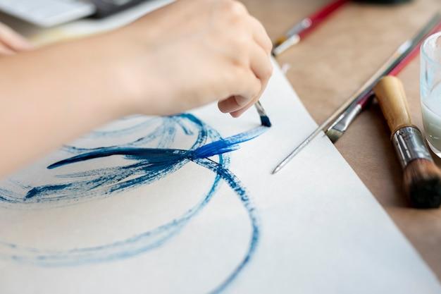 Gros plan personne avec peinture au pinceau Photo gratuit