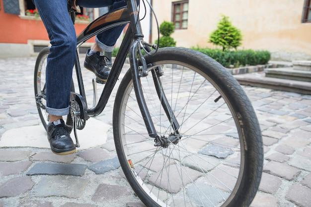 Gros plan, de, a, personne, pieds, bicyclette Photo gratuit