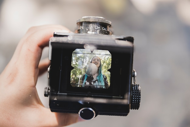 Gros plan, personne, projection, sourire, photo, femme, appareil photo, vintage Photo gratuit