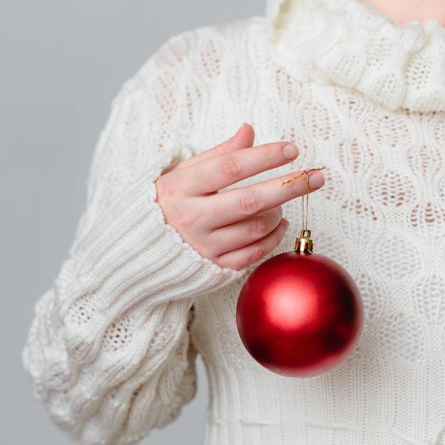 Gros Plan D'une Personne Tenant Une Décoration De Noël Photo gratuit