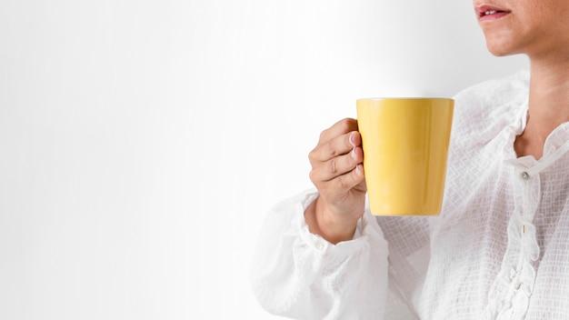 Gros plan, personne, tenue, jaune, tasse Photo gratuit