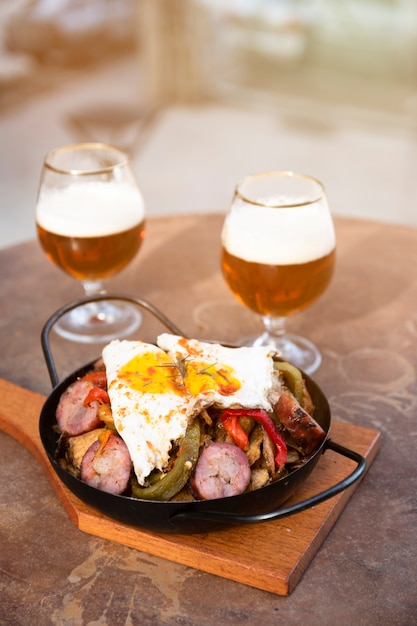 Gros plan petit-déjeuner anglais avec des bières Photo gratuit