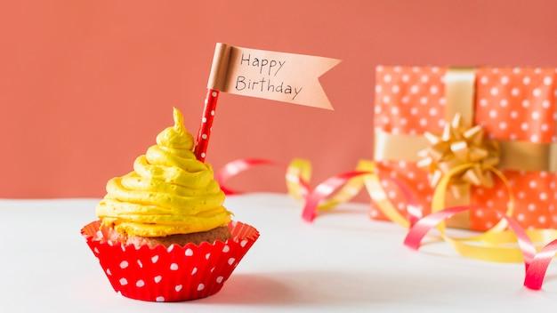 Gros plan, petit gâteau, drapeau, joyeux anniversaire, cadeau, rubans Photo gratuit