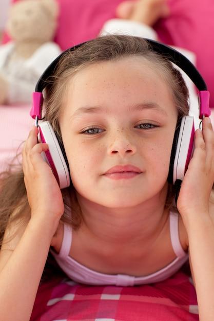 Gros plan, de, a, petite fille, écoute, musc Photo Premium