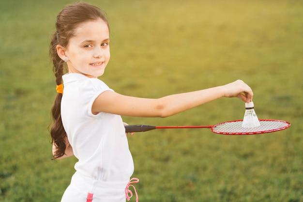 Gros plan, de, petite fille, jouer, badminton Photo gratuit