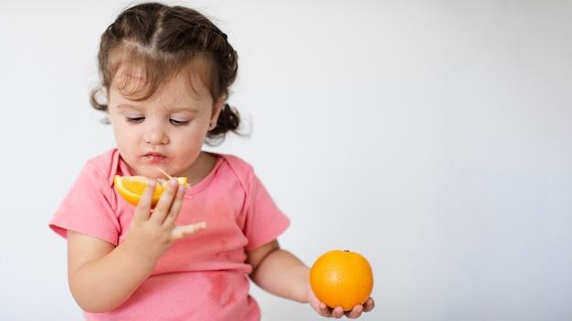 Gros Plan, Petite Fille, Regarder, Elle, Oranges Photo gratuit