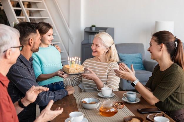 Gros Plan Petite-fille Tenant Le Gâteau Photo Premium