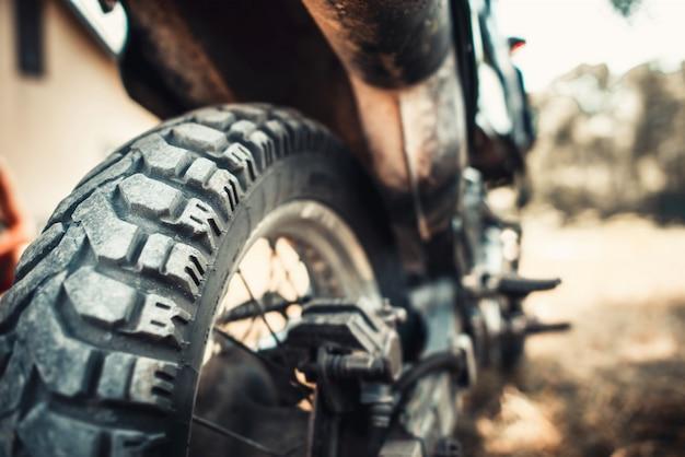 Gros plan photo de moto hors route en plein air Photo Premium