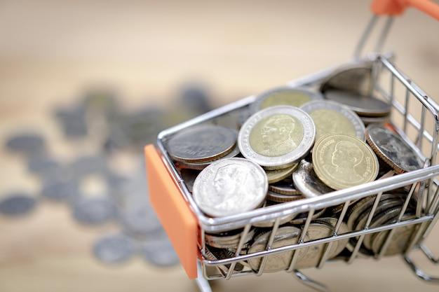 Gros Plan Des Pièces De Monnaie De Baht Thaïlandais Dans Un Panier. Photo Premium