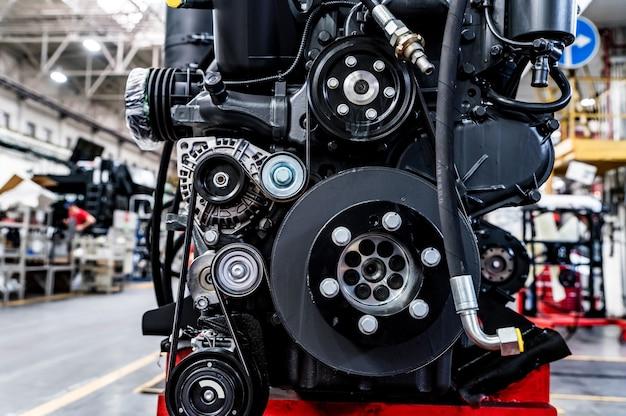 Gros Plan Des Pièces De Tracteur Démontées Sur Tracteur Moderne à L'industrie Du Génie Agricole. Moteur à Combustion. Section Des Tracteurs Et Assemblage Des Moissonneuses-batteuses. Mise Au Point Sélective. Photo Premium