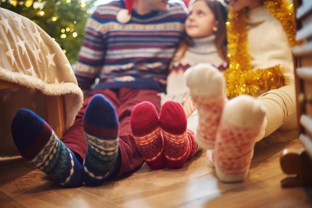Gros Plan Des Pieds De La Famille Dans Des Chaussettes De Laine Photo gratuit