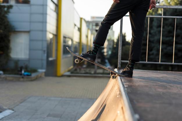 Gros plan, pieds, pratiquer, skateboard Photo gratuit