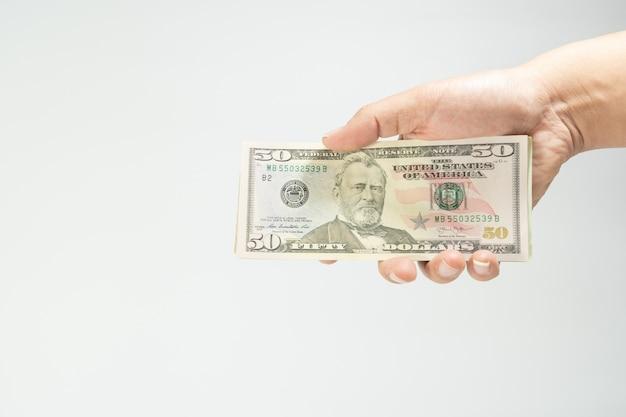 Gros plan, de, pile, cinquante, nouveau, dollar américain, sur, secouer mains argent américain, isolé, sur, blanc dos Photo Premium