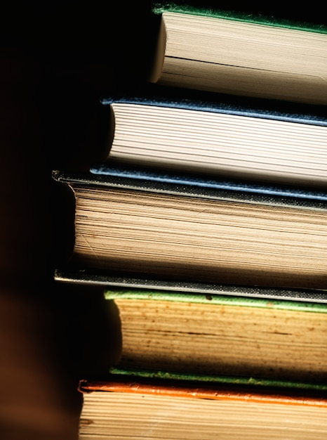 Gros plan de pile de livres anciens concept éducatif, académique et littéraire Photo gratuit