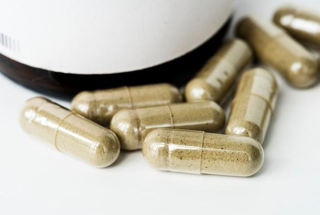 Gros plan de pilules capsules isolés sur fond blanc Photo gratuit