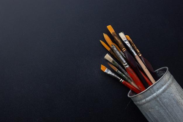 Gros Plan Des Pinceaux Dans Un Vieux Pot De Métal Sale Photo Premium