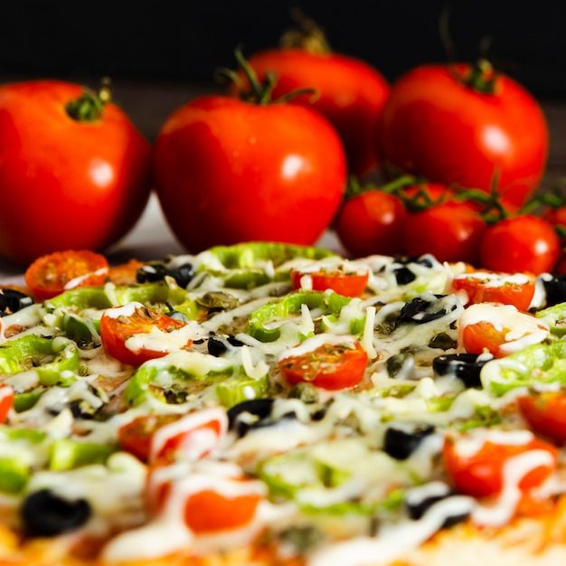 Gros plan, pizza italienne, tomates Photo gratuit