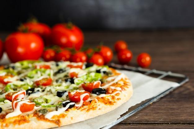 Gros plan, pizza, tomates Photo gratuit