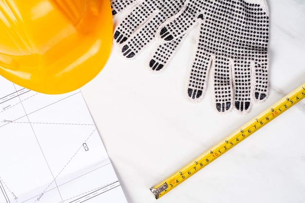 Gros Plan De Plans, Ruban à Mesurer, Gants Et Casque De Construction Jaune. Concept D'ingénieur Photo Premium