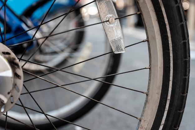 Gros plan de pneus de vélo avec un arrière-plan flou Photo gratuit