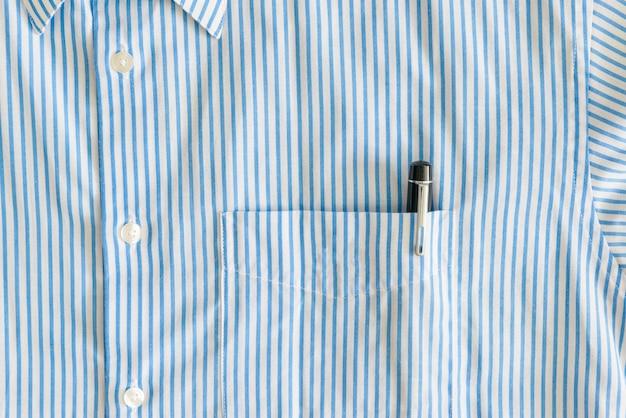Gros plan de la poche avec stylo noir et boutons Photo Premium