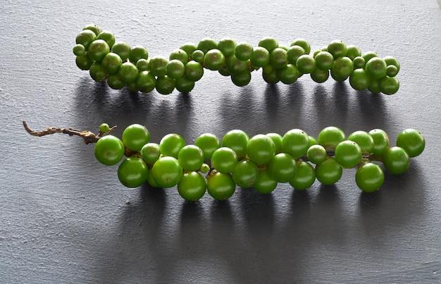 Gros plan sur le poivre vert resh sur gris Photo Premium