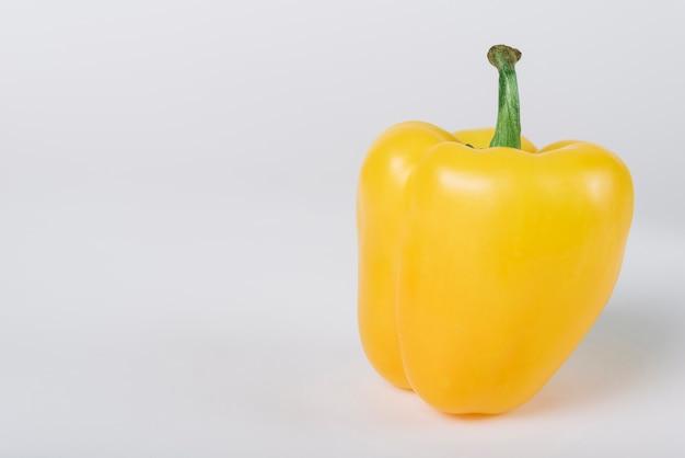 Gros plan de poivron jaune sur fond blanc Photo gratuit
