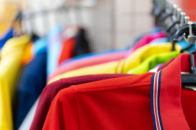 Gros Plan D'un Polo Coloré Sur Des Cintres Photo Premium