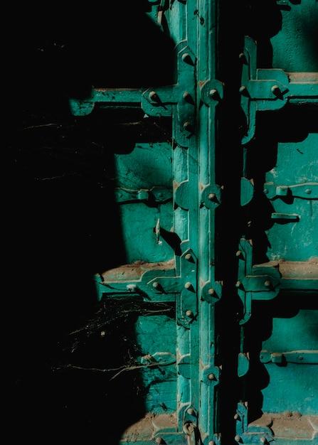 Gros plan de la porte poussiéreuse verte Photo gratuit