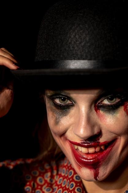 Gros plan, portrait, clown, femme, regarder appareil-photo Photo gratuit