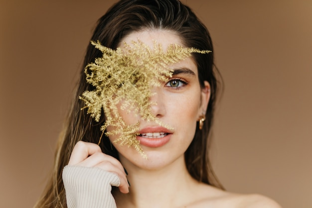 Gros Plan Portrait De Femme Blanche à La Mode Avec Plante Verte. Fille Debonair Caucasienne. Photo gratuit