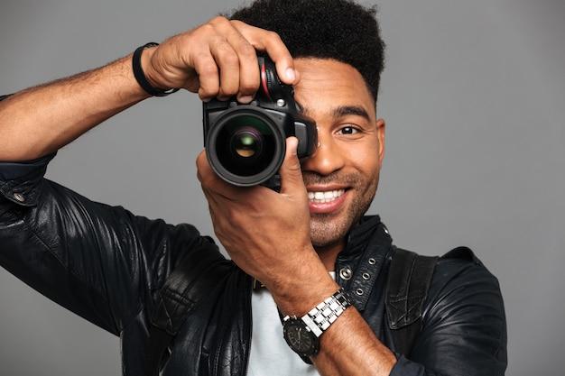 Gros Plan, Portrait, De, Gai, Homme Africain, Regarder Travers, Caméras, Objectif, Quoique, Prendre Photo Photo gratuit