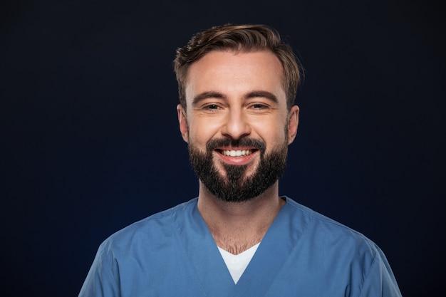 Gros Plan Le Portrait D'un Médecin De Sexe Masculin Joyeux Photo gratuit