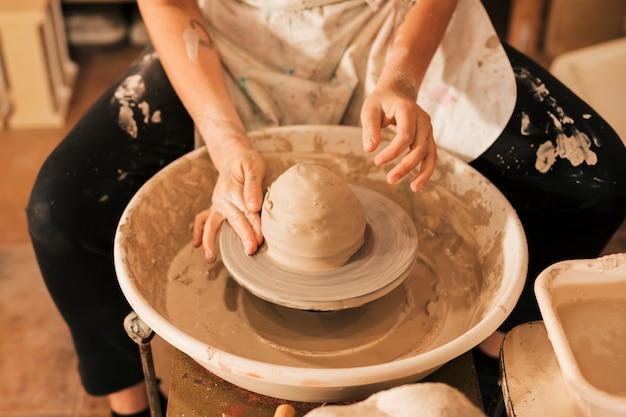Gros plan, de, potier, mains, travailler, poterie Photo gratuit